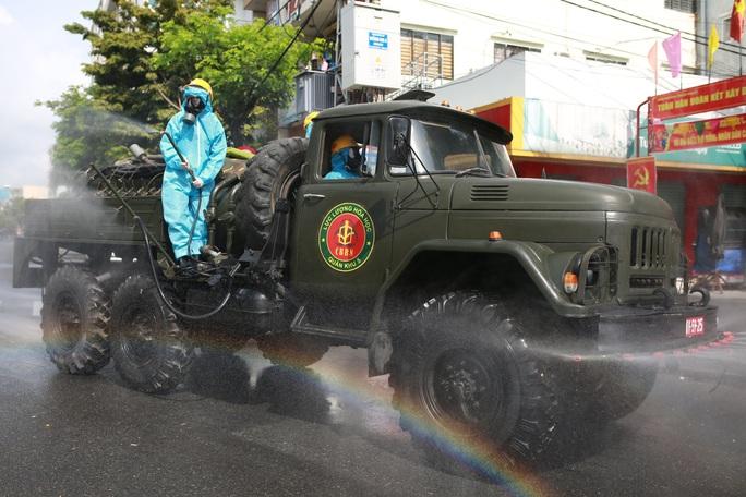 CLIP: Đà Nẵng khẩn cấp phong tỏa khu dân cư quanh vũ trường New Phương Đông - Ảnh 5.