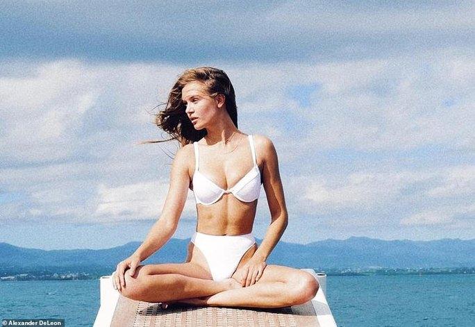 """""""Thiên thần nội y"""" đẹp ngất ngây với bikini bên bãi biển - Ảnh 6."""