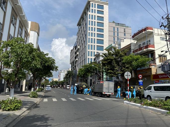 CLIP: Đà Nẵng khẩn cấp phong tỏa khu dân cư quanh vũ trường New Phương Đông - Ảnh 3.