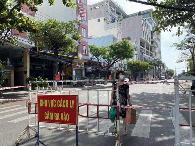 CLIP: Đà Nẵng khẩn cấp phong tỏa khu dân cư quanh vũ trường New Phương Đông - Ảnh 7.