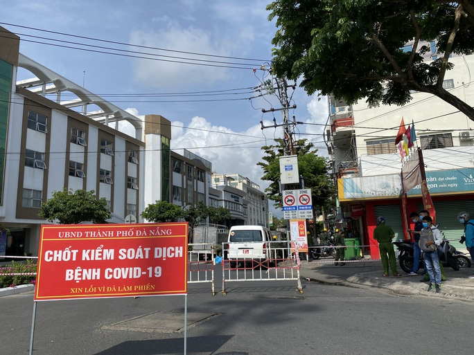CLIP: Đà Nẵng khẩn cấp phong tỏa khu dân cư quanh vũ trường New Phương Đông - Ảnh 6.