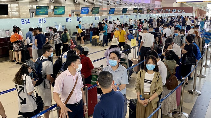 Lượng khách bay dịp Lễ 30-4 và 1-5 tăng gần 65% - Ảnh 1.