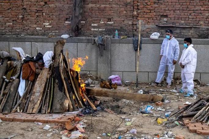 Covid-19 ở Ấn Độ: Con gái lao vào giàn hỏa táng cha - Ảnh 1.