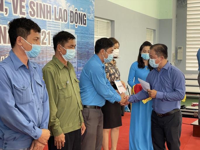 Báo Người Lao Động hỗ trợ công nhân bị tai nạn lao động ở Khánh Hòa - Ảnh 1.
