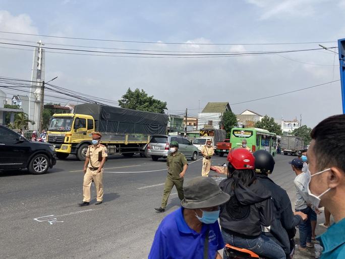 CLIP: Lạnh gáy với hiện trường xe máy va chạm xe buýt ở Đồng Nai - Ảnh 6.