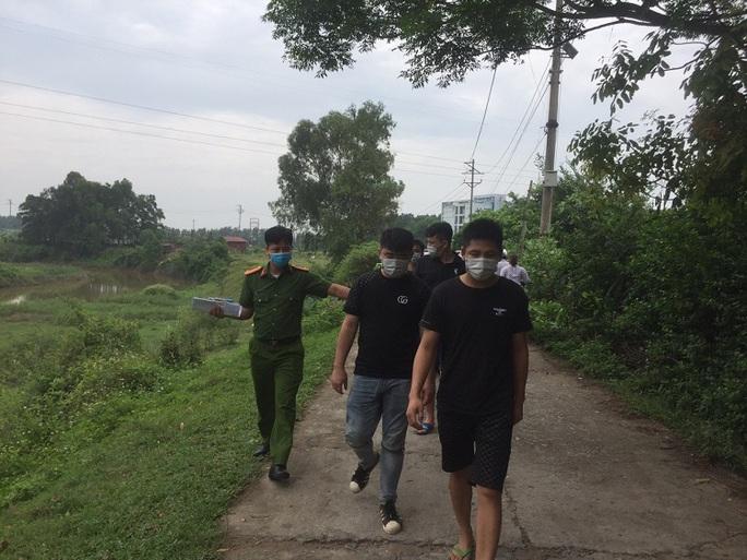 Dân gọi điện báo, công an truy đuổi bắt gọn 4 người Trung Quốc nhập cảnh trái phép - Ảnh 1.