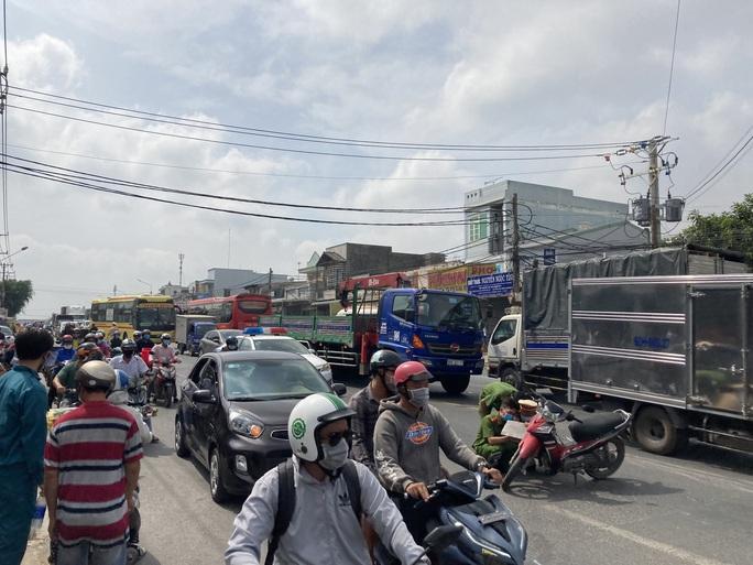 CLIP: Lạnh gáy với hiện trường xe máy va chạm xe buýt ở Đồng Nai - Ảnh 3.