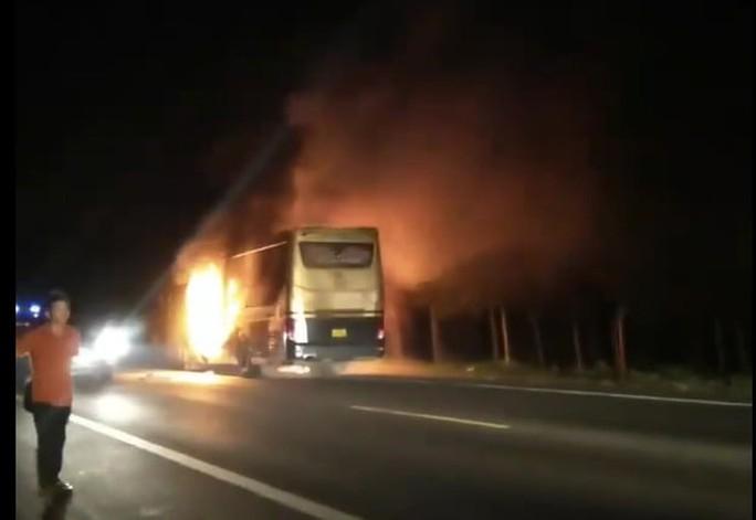 Xe khách giường nằm bốc cháy trong đêm - Ảnh 1.