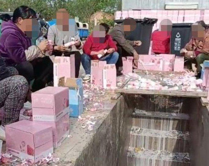 270.000 hộp sữa bị đổ cống, nhà sản xuất chương trình xin lỗi - Ảnh 2.