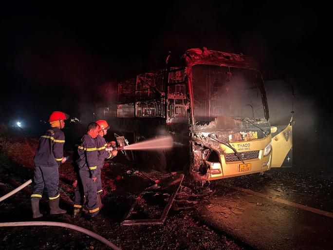 Xe khách giường nằm bốc cháy trong đêm - Ảnh 2.