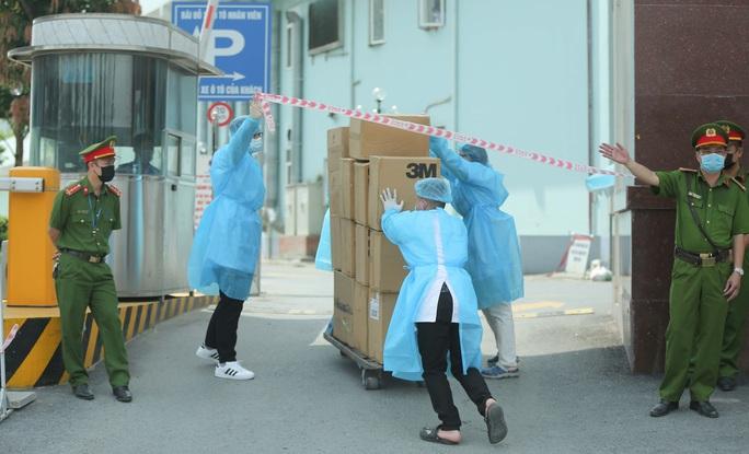 CLIP: Cận cảnh tiếp tế cho Bệnh viện K đang bị phong toả - Ảnh 10.