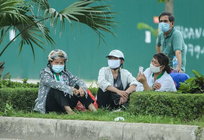 """Cận cảnh bệnh nhân, người nhà """"vật vờ"""" dưới nắng nóng ngoài Bệnh viện K bị phong toả - Ảnh 9."""