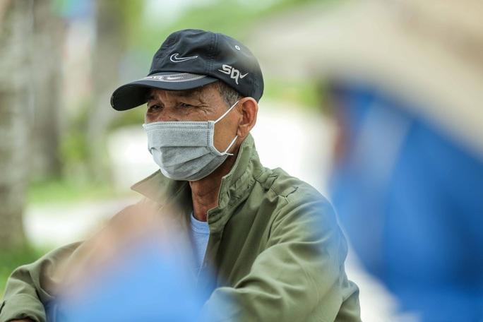 """Cận cảnh bệnh nhân, người nhà """"vật vờ"""" dưới nắng nóng ngoài Bệnh viện K bị phong toả - Ảnh 1."""