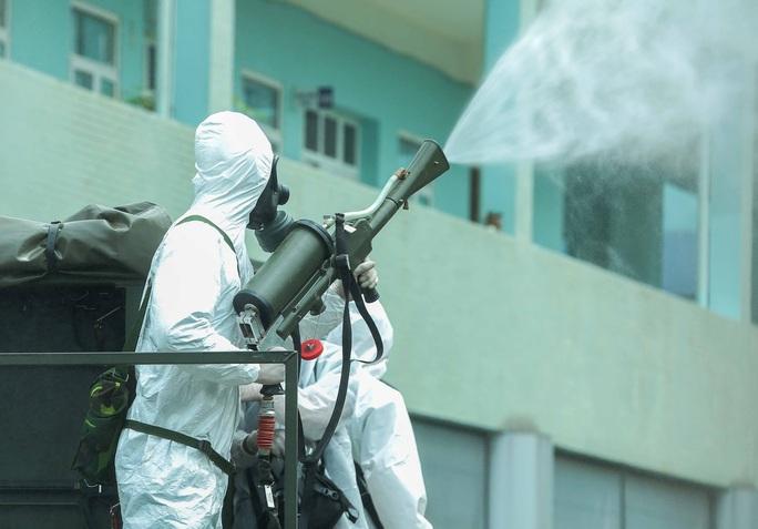 CLIP: 4 xe binh chủng hoá học phun khử khuẩn toàn bộ Bệnh viện K - Ảnh 25.