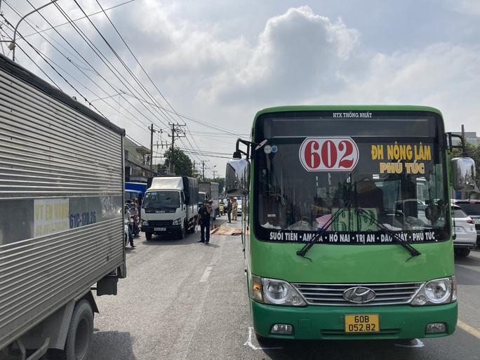 CLIP: Lạnh gáy với hiện trường xe máy va chạm xe buýt ở Đồng Nai - Ảnh 5.
