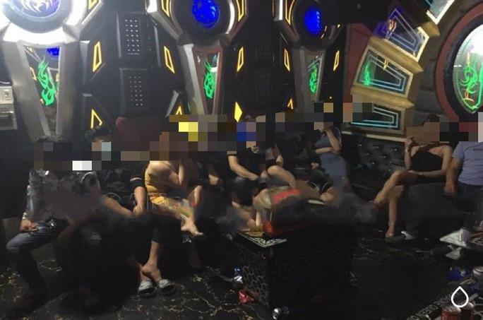 Ngỡ ngàng với hình ảnh diễn ra trong quán karaoke 7969 - Ảnh 1.