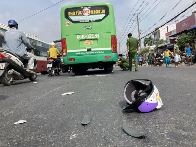 CLIP: Lạnh gáy với hiện trường xe máy va chạm xe buýt ở Đồng Nai - Ảnh 1.