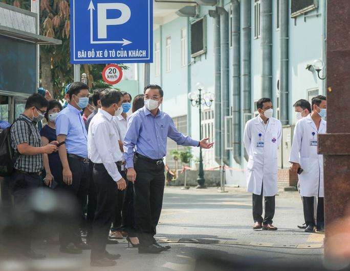 CLIP: Cận cảnh tiếp tế cho Bệnh viện K đang bị phong toả - Ảnh 2.