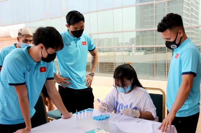 Thầy trò HLV Park Hang-seo vừa hội quân phải đi xét nghiệm Covid-19 - Ảnh 6.