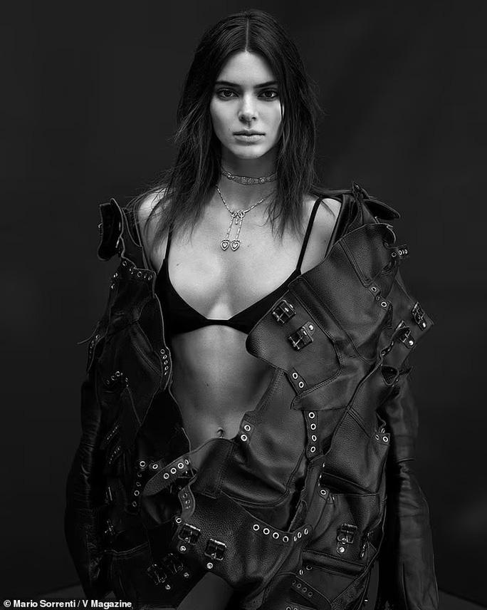 """Kendall Jenner và """"báo đen"""" đọ dáng với bikini đen - Ảnh 2."""
