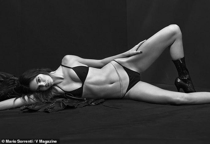 """Kendall Jenner và """"báo đen"""" đọ dáng với bikini đen - Ảnh 1."""