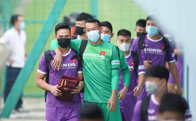 CLIP: Buổi tập đầu tiên của tuyển Việt Nam vắng 3 cầu thủ SLNA nghi F2 phải cách ly - Ảnh 4.