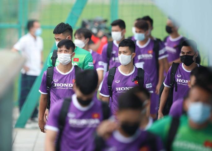 CLIP: Buổi tập đầu tiên của tuyển Việt Nam vắng 3 cầu thủ SLNA nghi F2 phải cách ly - Ảnh 2.