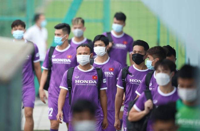 CLIP: Buổi tập đầu tiên của tuyển Việt Nam vắng 3 cầu thủ SLNA nghi F2 phải cách ly - Ảnh 3.