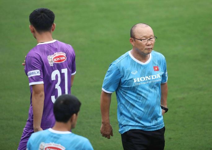 CLIP: Buổi tập đầu tiên của tuyển Việt Nam vắng 3 cầu thủ SLNA nghi F2 phải cách ly - Ảnh 9.