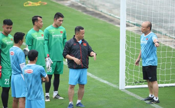 CLIP: Buổi tập đầu tiên của tuyển Việt Nam vắng 3 cầu thủ SLNA nghi F2 phải cách ly - Ảnh 7.