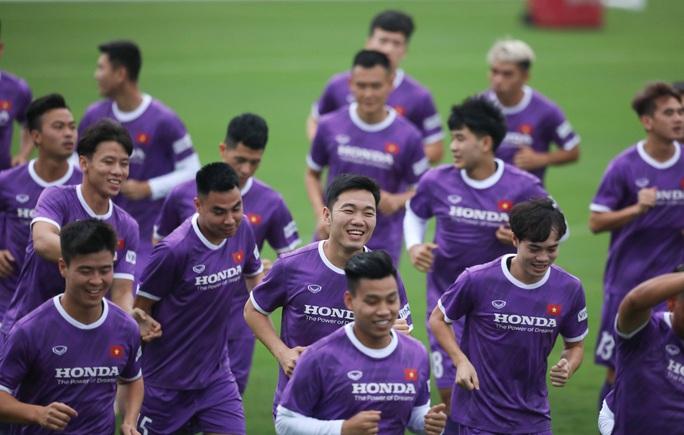 CLIP: Buổi tập đầu tiên của tuyển Việt Nam vắng 3 cầu thủ SLNA nghi F2 phải cách ly - Ảnh 6.