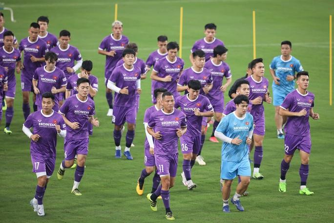 CLIP: Buổi tập đầu tiên của tuyển Việt Nam vắng 3 cầu thủ SLNA nghi F2 phải cách ly - Ảnh 5.