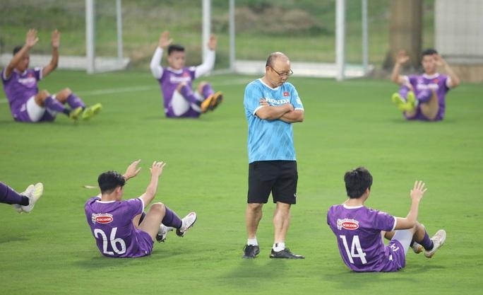 CLIP: Buổi tập đầu tiên của tuyển Việt Nam vắng 3 cầu thủ SLNA nghi F2 phải cách ly - Ảnh 8.