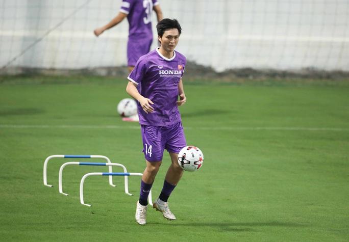 CLIP: Buổi tập đầu tiên của tuyển Việt Nam vắng 3 cầu thủ SLNA nghi F2 phải cách ly - Ảnh 11.