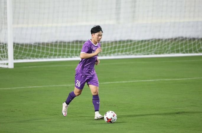 CLIP: Buổi tập đầu tiên của tuyển Việt Nam vắng 3 cầu thủ SLNA nghi F2 phải cách ly - Ảnh 10.
