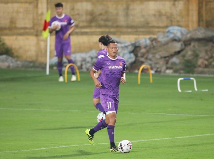 CLIP: Buổi tập đầu tiên của tuyển Việt Nam vắng 3 cầu thủ SLNA nghi F2 phải cách ly - Ảnh 13.