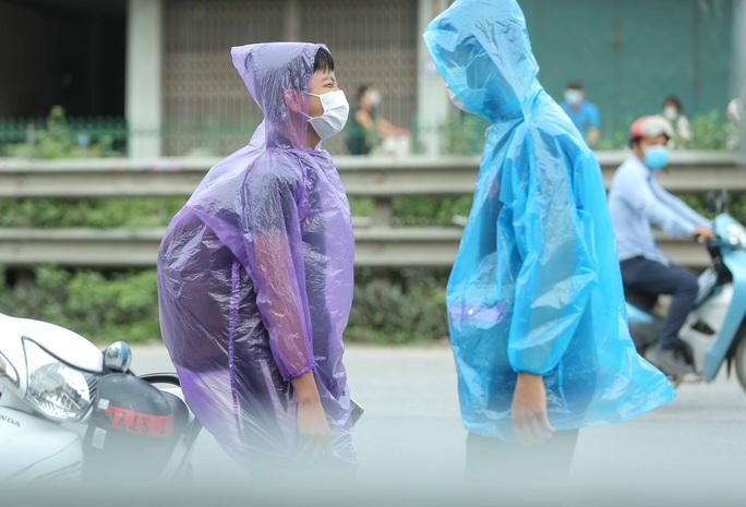 """CLIP: Người diện F1 mặc áo mưa dưới trời nắng """"ùn ùn"""" tới khám sàng lọc Covid-19 - Ảnh 10."""