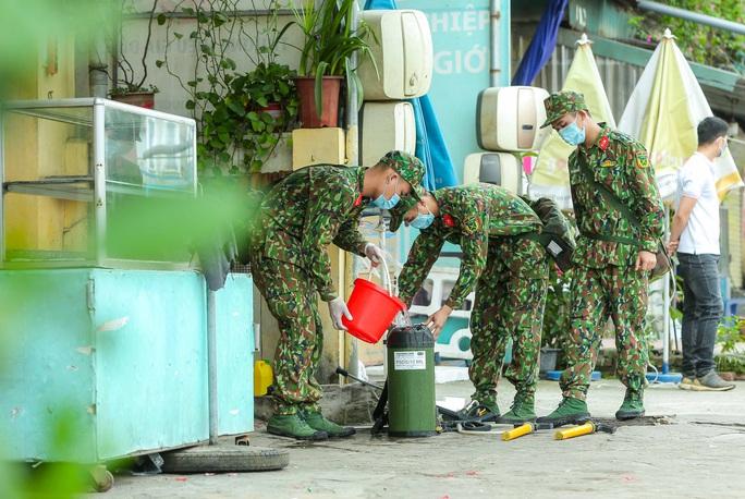 CLIP: 1 người đi Đà Nẵng về không khai báo y tế, 10 người trong gia đình mắc Covid-19 - Ảnh 18.