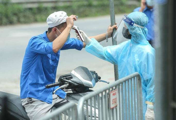 """CLIP: Người diện F1 mặc áo mưa dưới trời nắng """"ùn ùn"""" tới khám sàng lọc Covid-19 - Ảnh 9."""