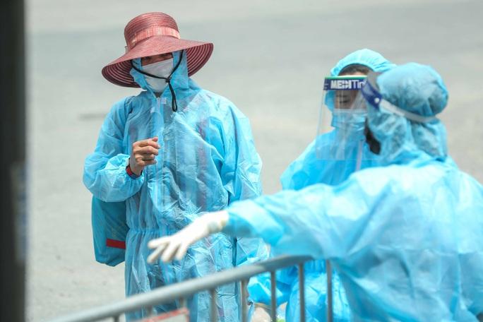 """CLIP: Người diện F1 mặc áo mưa dưới trời nắng """"ùn ùn"""" tới khám sàng lọc Covid-19 - Ảnh 15."""