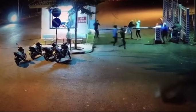 Bênh bạn gái, 2 nhóm hỗn chiến làm 3 người bị thương ở KCN Long Khánh - Ảnh 1.