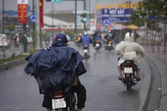 Cơn mưa vắt ngang thành phố - Ảnh 1.