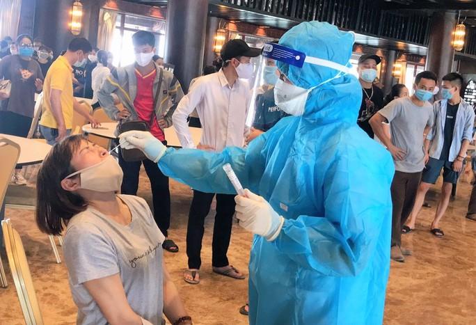 Nữ nhân viên chùa Tam Chúc dương tính SARS-CoV-2, cả ngàn người phải xét nghiệm - Ảnh 1.
