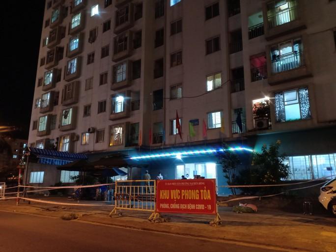 Một người định đu dây trốn khỏi khu chung cư đang phong tỏa tại Đà Nẵng - Ảnh 1.