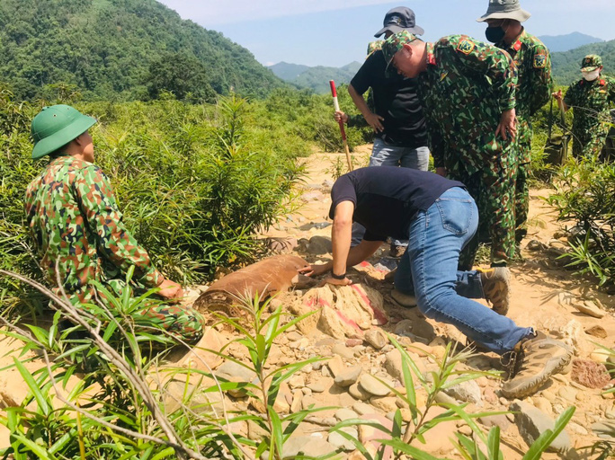 Công binh đã xử lý quả bom ở Cù Bai - Ảnh 1.
