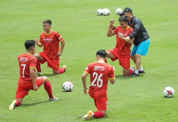 """CLIP: Bất ngờ đội tuyển Việt Nam chọn thời điểm giữa trưa """"luyện công"""" - Ảnh 7."""