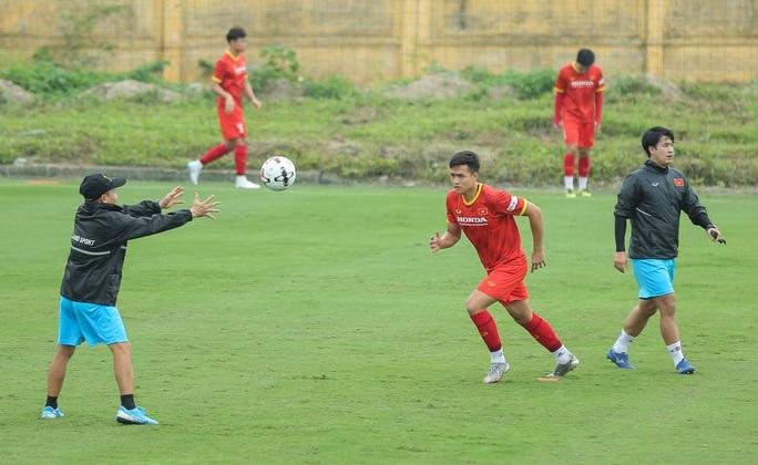 """CLIP: Bất ngờ đội tuyển Việt Nam chọn thời điểm giữa trưa """"luyện công"""" - Ảnh 14."""