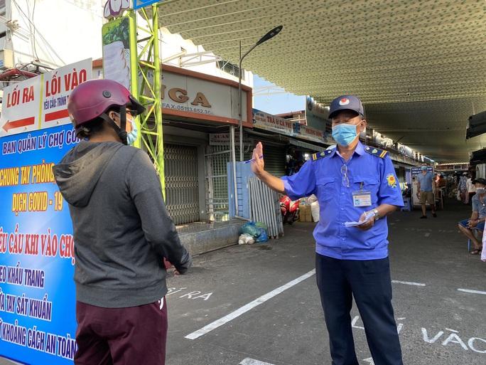 CLIP: Ngày đầu Đà Nẵng thực hiện đi chợ bằng thẻ vì Covid-19 - Ảnh 3.