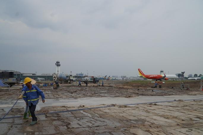 Đồng loạt đẩy nhanh thi công cùng lúc 8 đường lăn sân bay Tân Sơn Nhất  - Ảnh 1.