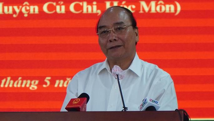 Chủ tịch nước Nguyễn Xuân Phúc tiếp xúc cử tri  ở huyện Củ Chi - Ảnh 1.